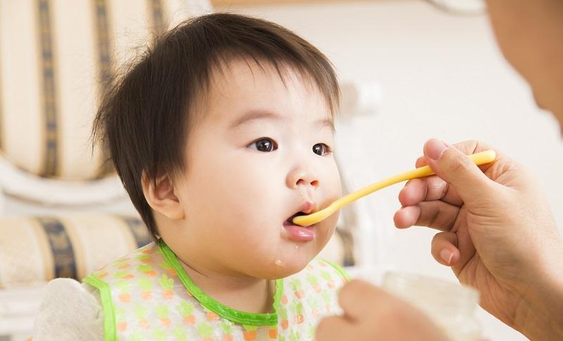 離乳食を食べている赤ちゃんの画像