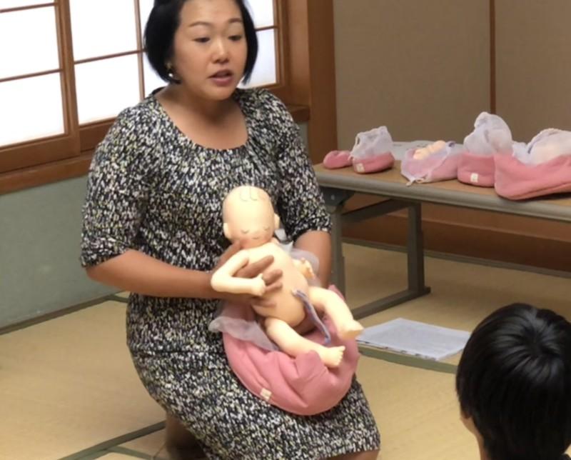 胎児ちゃん人形を抱っこしているはがり助産師