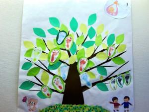 赤ちゃんの足形を飾った木