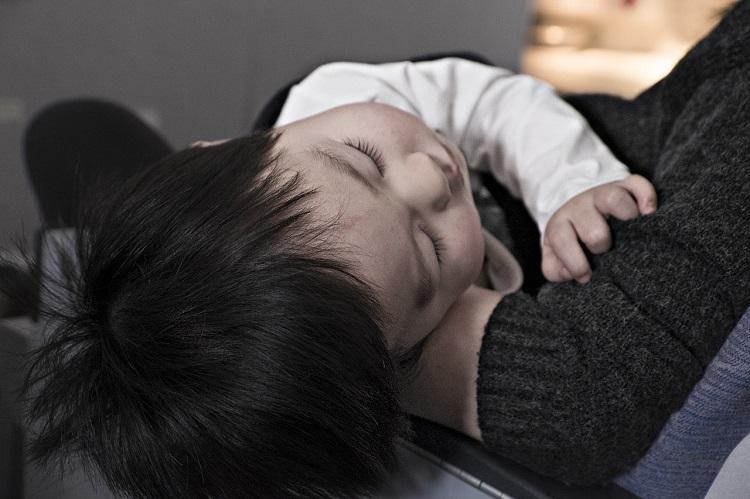 眠っている赤ちゃんの画像