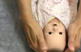 赤ちゃん人形をベビーマッサージしている画像