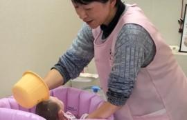 助産師による沐浴指導の写真