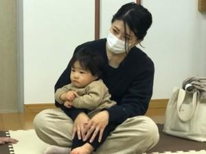 ママと絵本の読み聞かせに参加している赤ちゃん