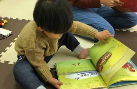 絵本を読んでいる子供の画像