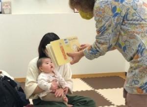 絵本を見ている赤ちゃんの画像