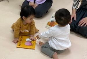 絵本と赤ちゃんの画像