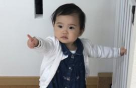 つかまり立ちしている子の画像