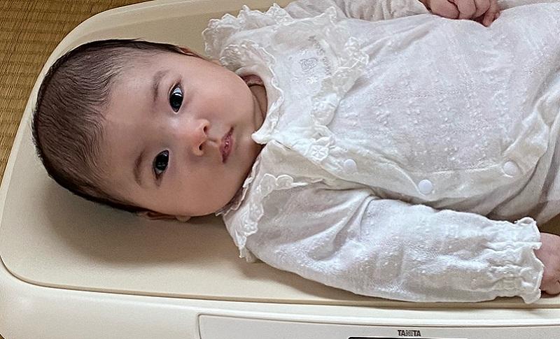 体重計に乗ってる赤ちゃん