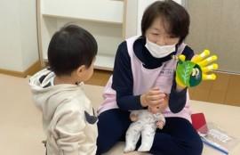手遊びしている助産師と子ども
