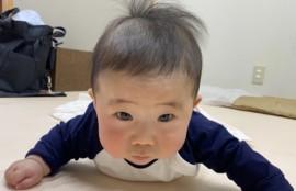 腹ばいで遊んでる赤ちゃんの画像