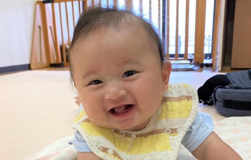 笑ってる赤ちゃんの画像